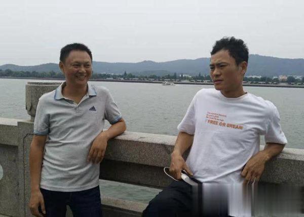 男子坐護欄玩手機不慎墜入湘江 市民成功將其救起