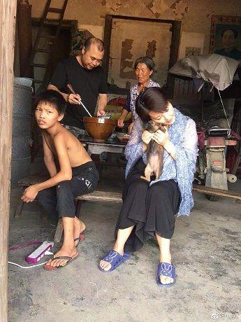 袁立被传和老公逃到香港,晒泪目照表示很委屈,网友:别矫情了