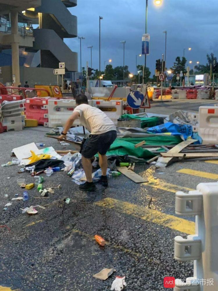 """暴徒纵火堵路,香港市民帮警察清障,并击掌鼓劲""""撑下去"""""""