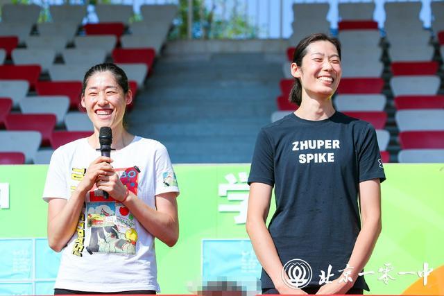 中國女排兩員大將出席特別活動,婷隊升級婷導,2人笑得合不攏嘴