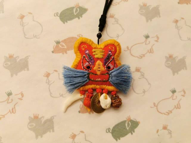 原创            刘诗诗晒儿子正面照,小手肉嘟嘟的,握着妈妈为他绣的香囊好可爱