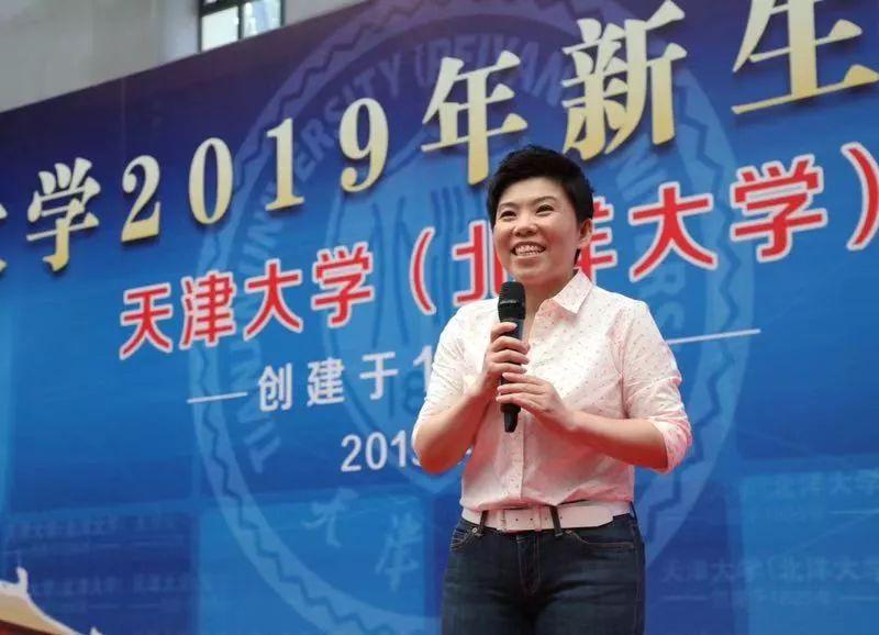 """奥运冠军邓亚萍讲授""""乒乓第一课"""":不服输,坚持自己的路"""