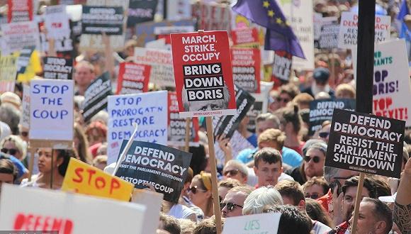 英國30多座城市爆發游行,抗議首相強行暫停議會