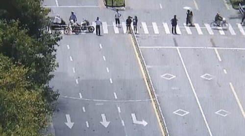 無人傷亡,不是僥幸!監控首次公開,杭州建國北路路面坍塌時,他們做了一件事