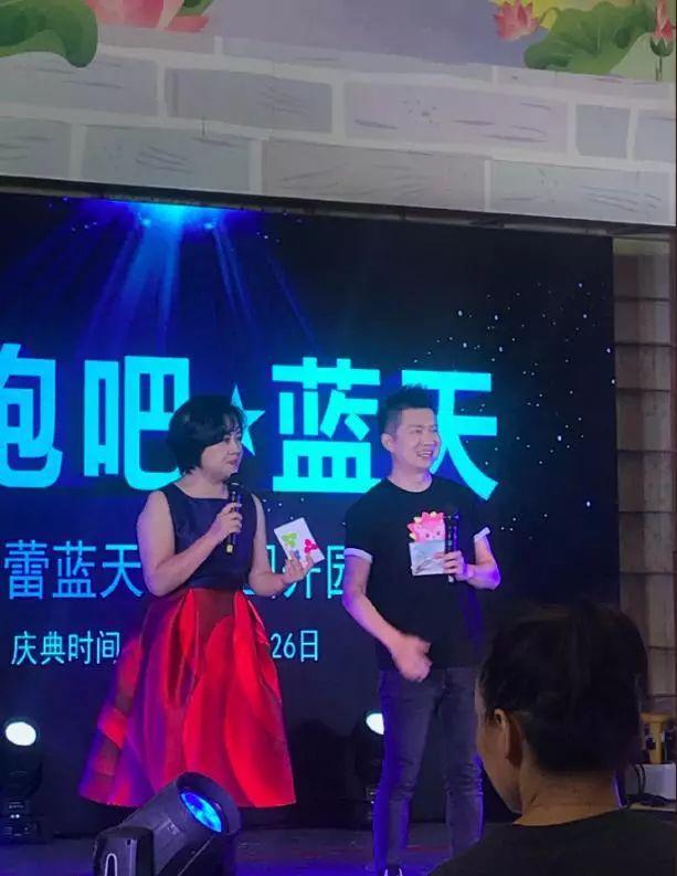53岁鞠萍现身活动做主持,身材肥胖却穿无袖裙,粗胳膊真抢眼!