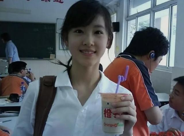 章泽天时隔一年晒甜美自拍,在国外吃冰淇淋,穿扮时尚少女感满满