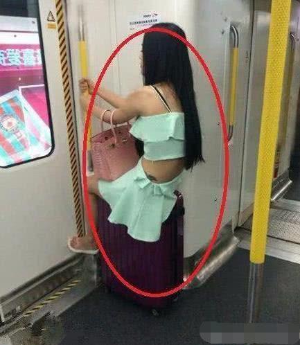 妹子,赶紧下来吧,别忘了你穿的是裙子,一点淑女形象都没了