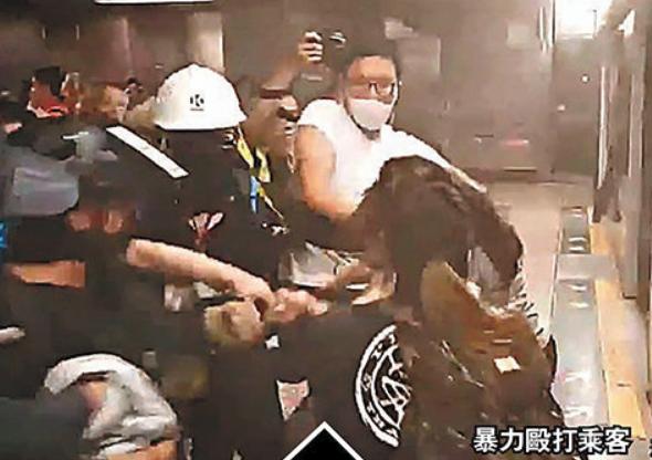 暴徒疯狂殴打无辜乘客泄愤港警冲入车厢拘捕40人
