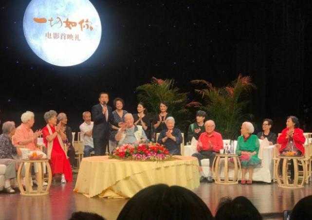 61岁的刘佩琦现身首映礼,精神状态不错,时髦的老艺术家