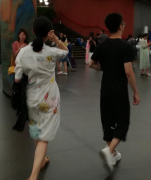 网友偶遇央视主持人周涛,51岁身材纤细,背影照优雅十足