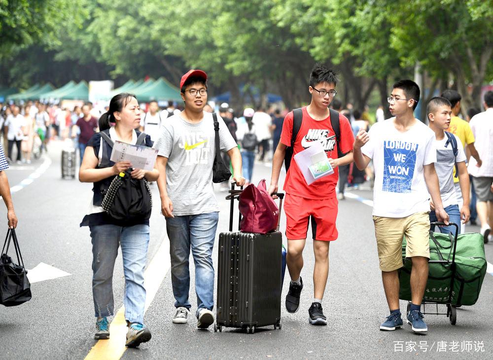 """9月8日,在重庆大学虎溪校区,""""00后""""新生到校报到."""
