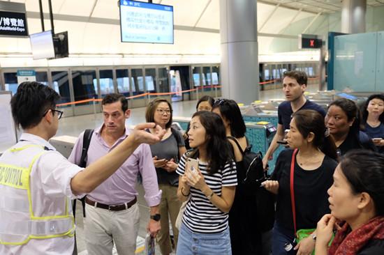 香港機場黑衣人聚集:通往機場地鐵線暫停 防暴警察增援