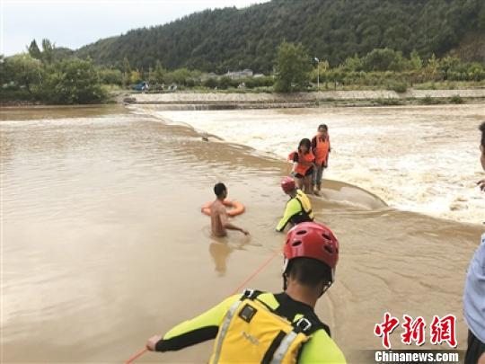 浙江衢州:河水暴漲多人被困 消防員齊腰激流中救人