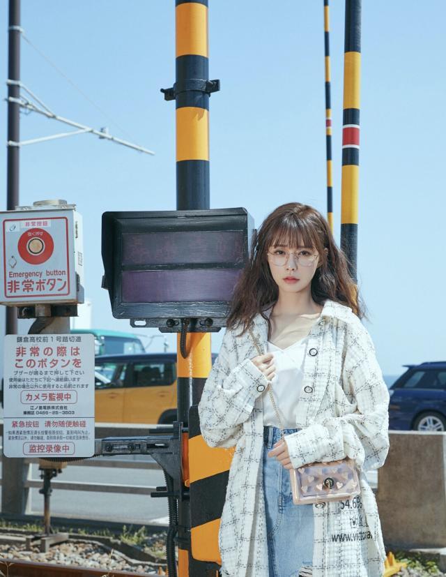 沈梦辰录制《中餐厅》,彩虹t恤时尚元气,变身日系少女