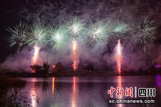 如夢如幻 成都青白江鳳凰湖畔上演煙花秀和無人機表演