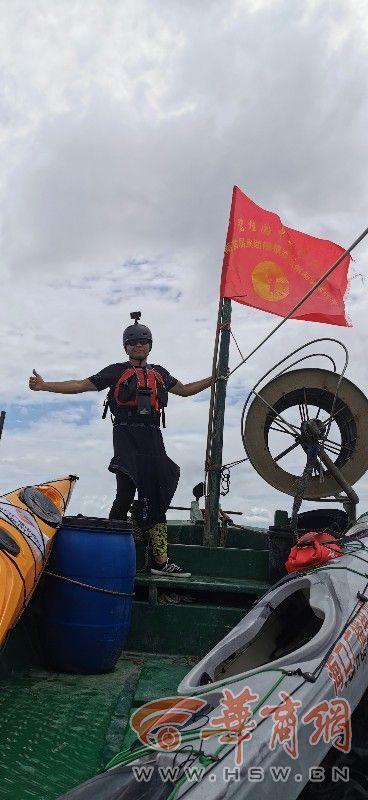 西安55歲男子皮劃艇5小時橫渡瓊州海峽 全程26.1公里
