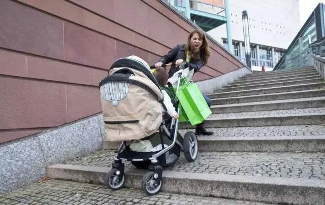 原创              帮抬婴儿车,3个月宝宝摔落至昏迷:好心帮忙也有错,你还会帮吗