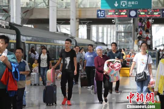 中鐵蘭州局多措護暑運:增環西部游列車 應急預案抗暴雨