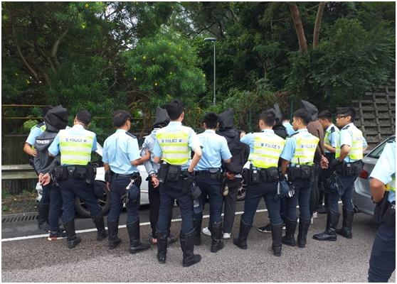 港媒:港警在粉嶺公路截可疑私家車查獲刀及燃燒瓶,拘捕5人