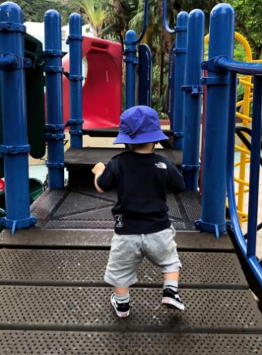 余文乐夫妻带儿子溜公园,小家伙身穿国际潮牌,步伐稳健超可爱
