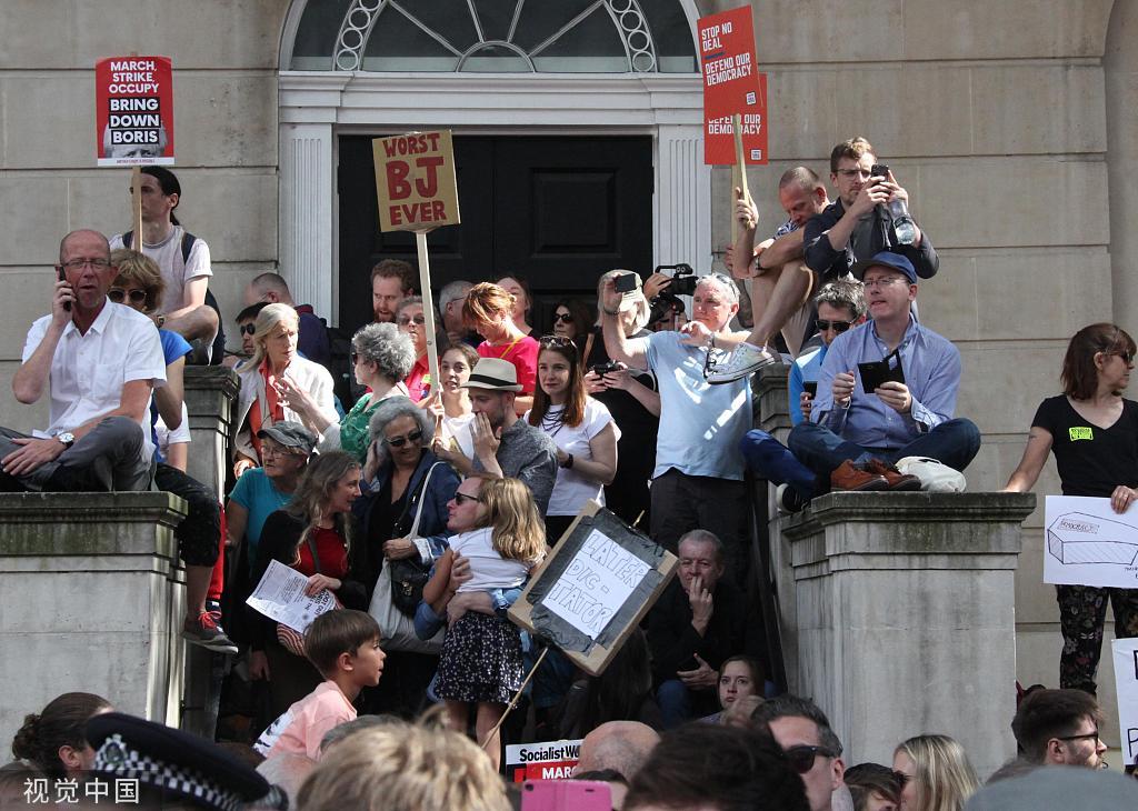 """英國30多個城鎮爆發抗議游行,高喊""""約翰遜你真丟臉"""""""