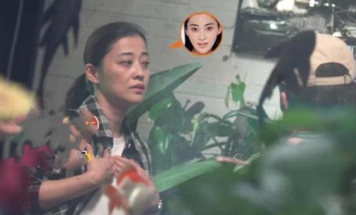 44岁梅婷拍戏素颜照传出,皮肤松弛撞脸倪萍