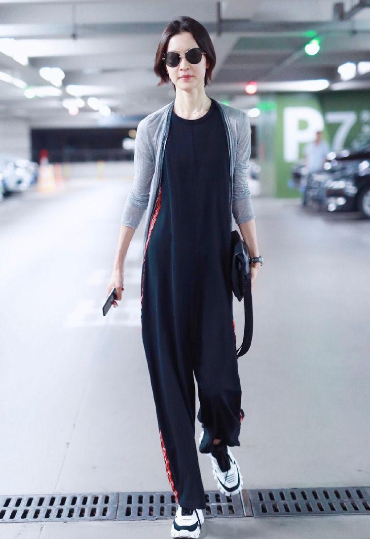 女人别瘦成杜鹃这样,穿连体裤有种竹竿子的感觉,高级但不够性感