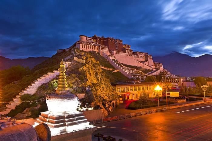我国最高的佛寺_中国海拔最高的华丽宫殿,每年来这里的朝圣者和游客不计其数 ...