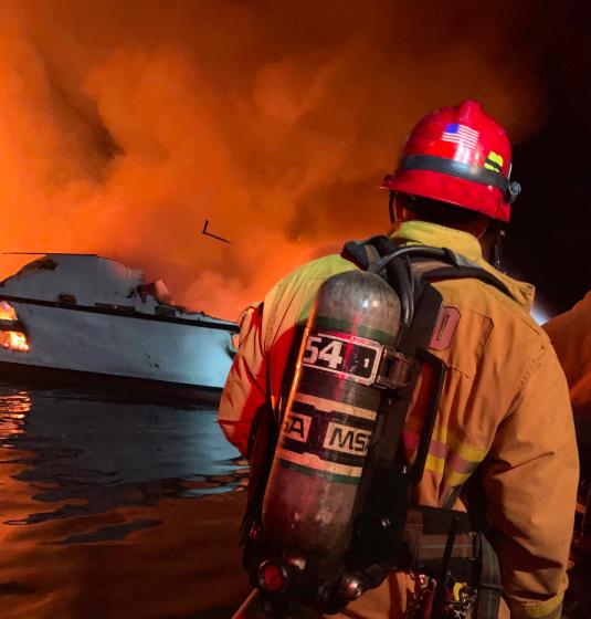 美国加州一潜水支援船着火:34乘客失踪5船员获救