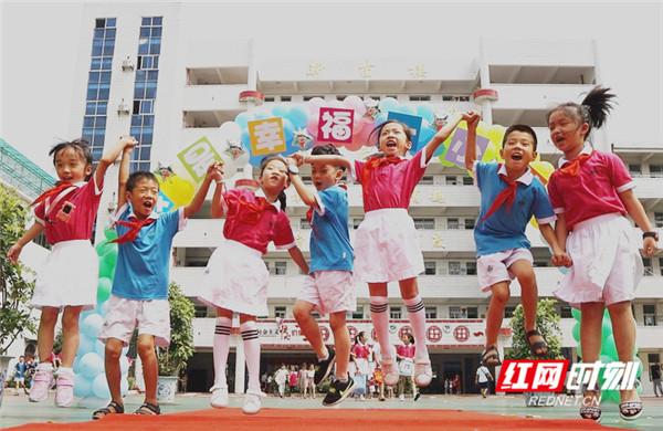 开学了 捐书 唱国歌 看郴州小学生们别样的报到
