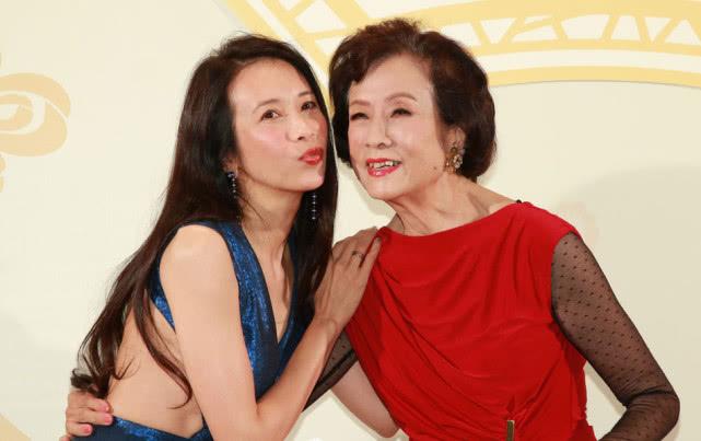 莫文蔚妈妈80大寿,皱纹虽爬满了脸,但穿一袭红裙气质高雅!