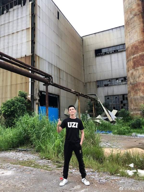 吴磊穿UZI印字T恤为《LOL》RNG战队应援:等一场金色雨