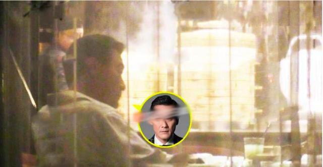 61岁梁家辉饭局情绪失控,和老婆视频秒变乖,专心腻歪 作者: 来源:猫眼娱乐V