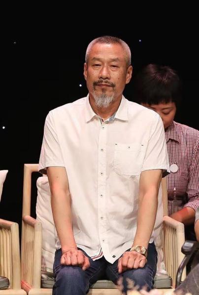 61岁的刘佩琦现身首映礼,精神状态不错!