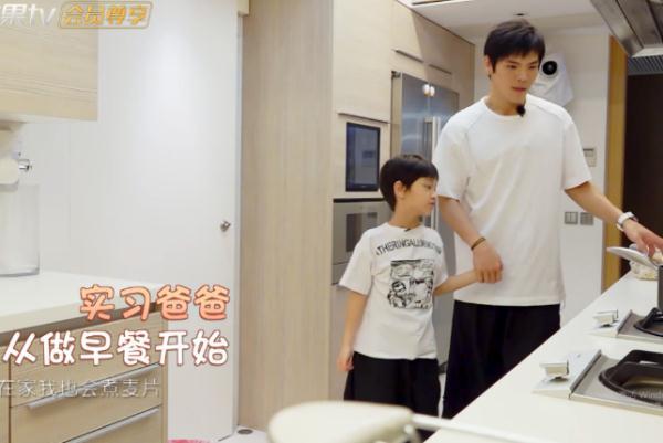 向佐大清早给儿子做饭吃,当镜头曝光他颜值那刻,网友:等你长大