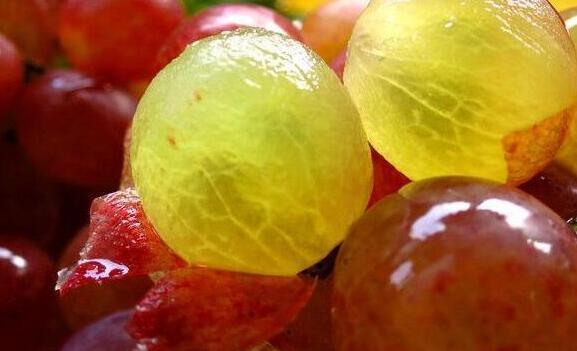 葡萄皮和籽里,含花青素能抗衰老?营养师辟谣:吃多了一样有坏处