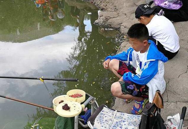 5岁孩子河边看钓鱼,一条大鱼上来孩子哭了,路人:练小号吧