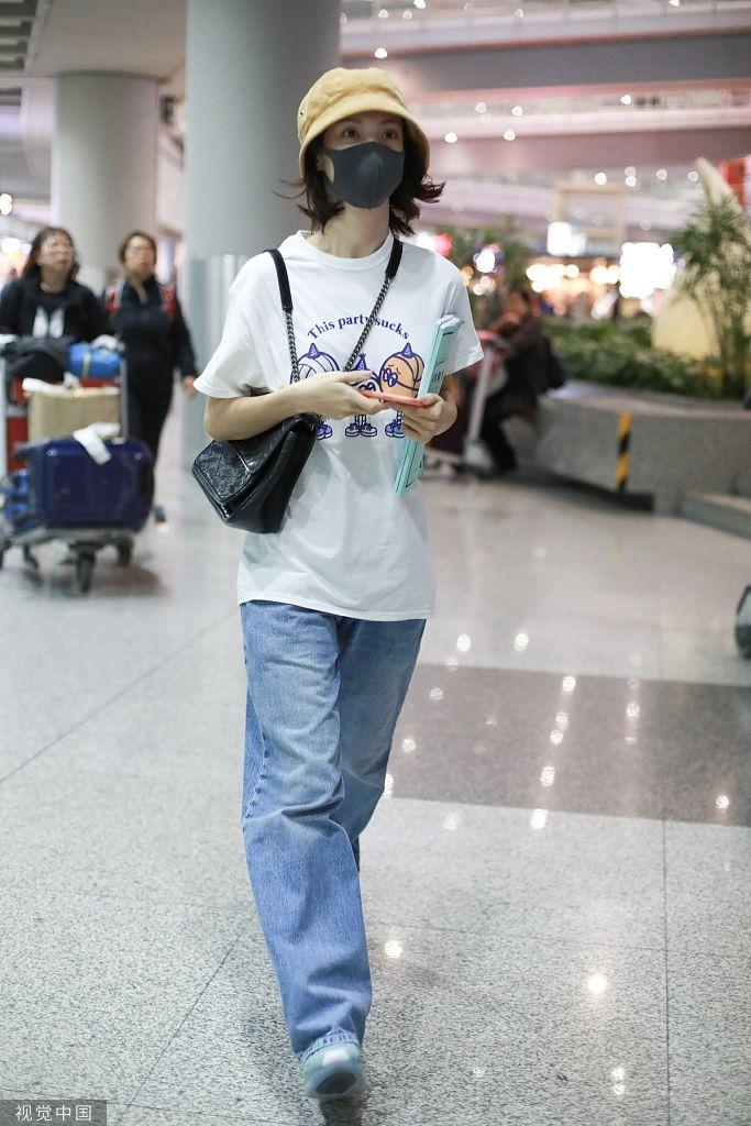 金晨被曝与成龙外甥相恋 独自亮相机场一路低头玩手机