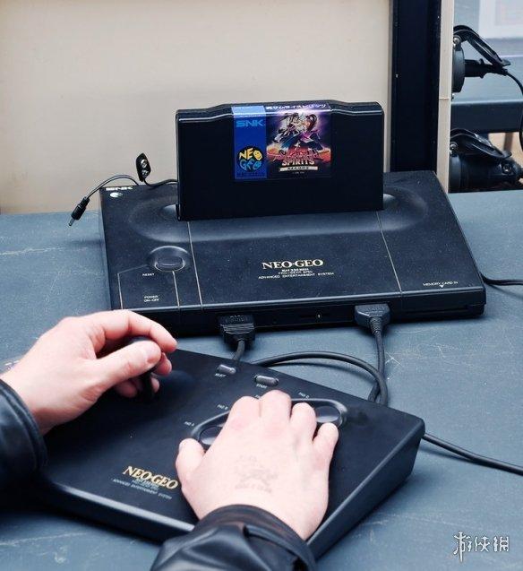 造型简洁优雅!SNK公布了一款NeoGeo的全新游戏摇杆