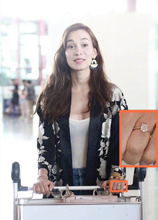 卢靖姗现身北京机场,无名指大钻戒十分吸睛