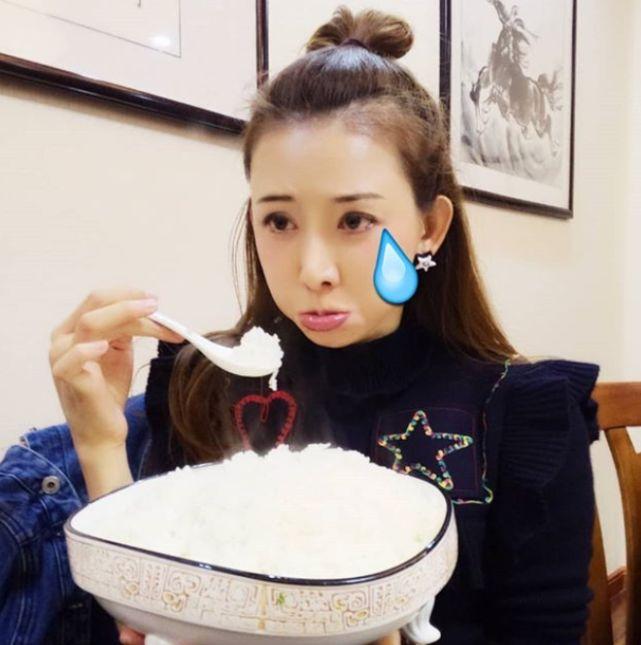 林志玲晒老公视角嘟嘴卖萌超可爱,捧超大碗饭吃真的怀孕了?