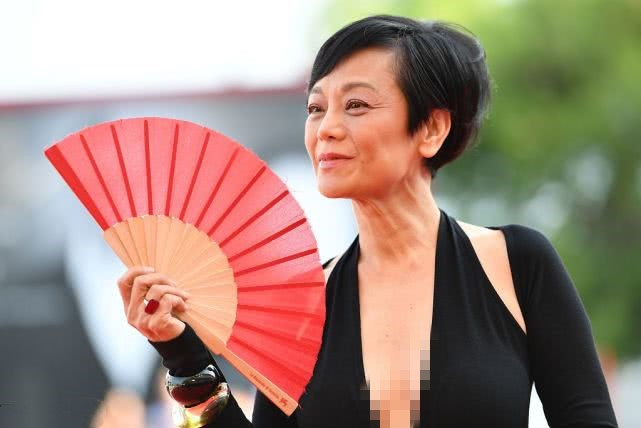 张艾嘉满脸褶子显老,比刘晓庆看着舒服,不打针的脸真美啊!
