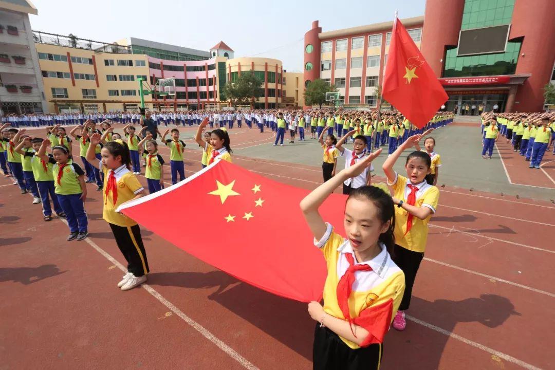 震撼 开学第一天,泰安中小学生升国旗唱国歌 你家娃也在