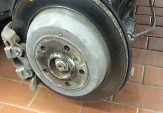 奔驰高速上行驶轮胎却掉了,男子索赔120万,4S店:你车才值15万