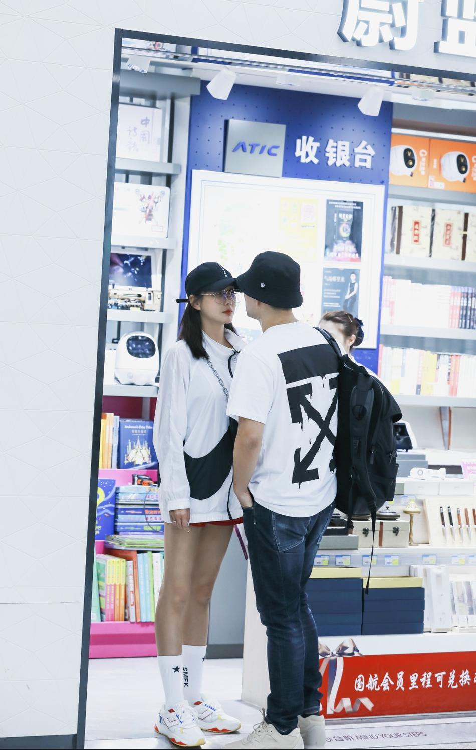 嚴屹寬杜若溪甜蜜現身機場情侶裝吸睛甜蜜如熱戀情侶