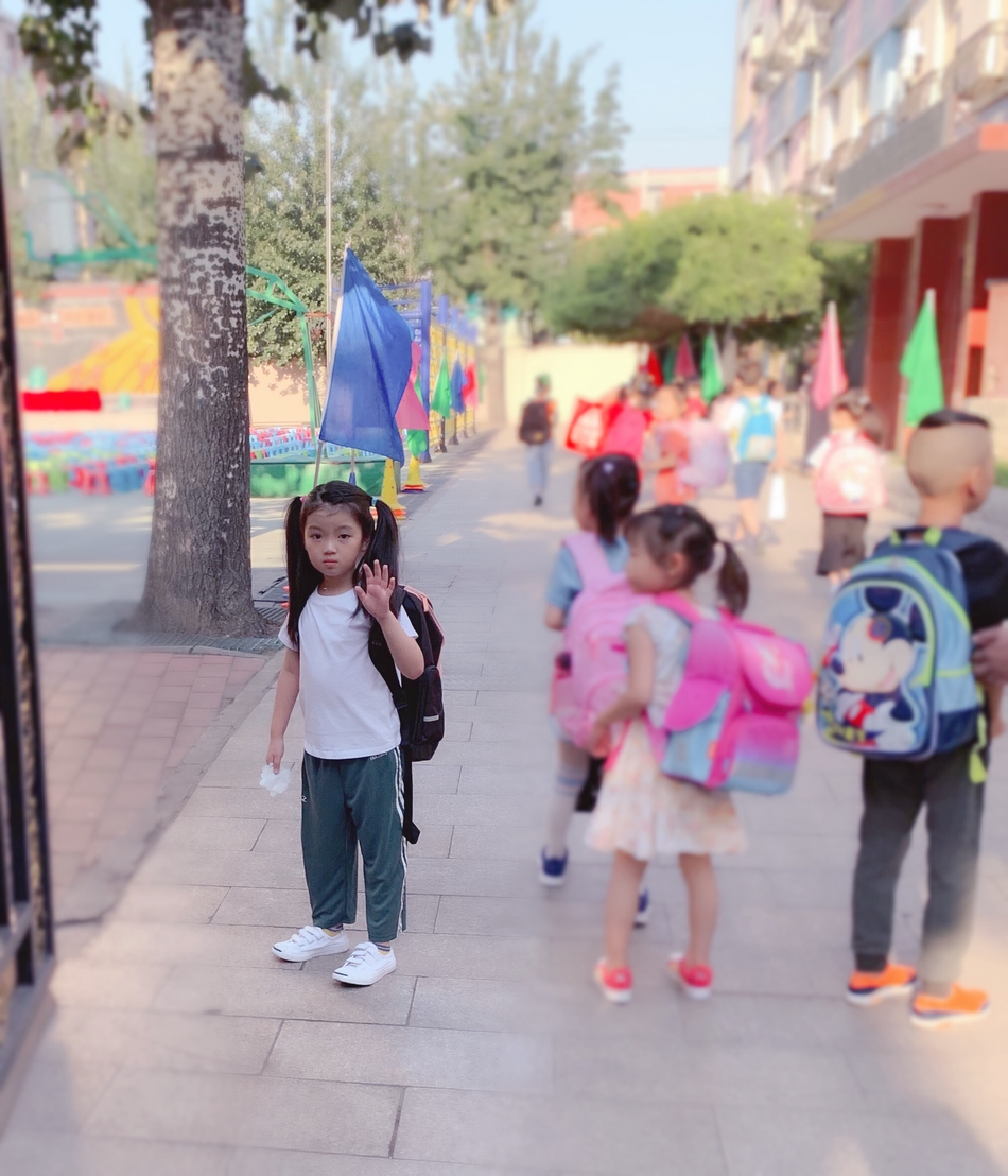 阿拉蕾扎双马尾背书包迎开学第一天 对镜瞪眼可爱十足