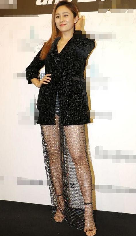 刘芸穿网眼裙出席活动,36岁太敢穿,难怪郑钧拜倒在她石榴裙下!
