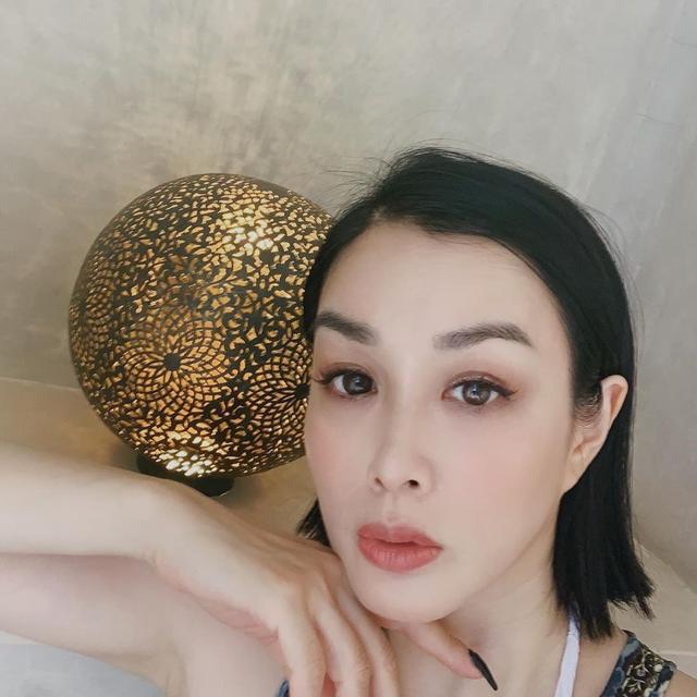 钟丽缇晒精修图,五官精致如少女,49岁不服老靠修图扮嫩!