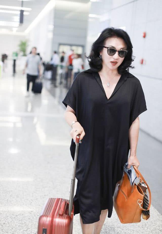 看了金星的机场照,真觉得她差点女人气质,骨架大太难改变!