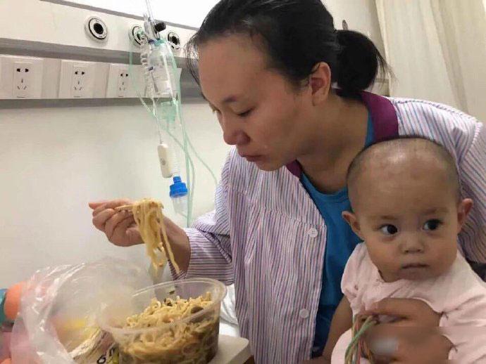 一岁女婴患罕见先心病,妈妈在病房吃25元鸡汤面被爸爸骂:吃女儿救命钱太奢侈